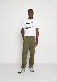 Nike Sportswear - TEE - T-shirt z nadrukiem - white - 1
