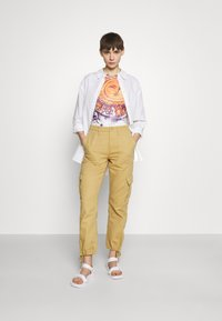 BDG Urban Outfitters - BIG SUN BABY TEE - T-shirts med print - white - 1