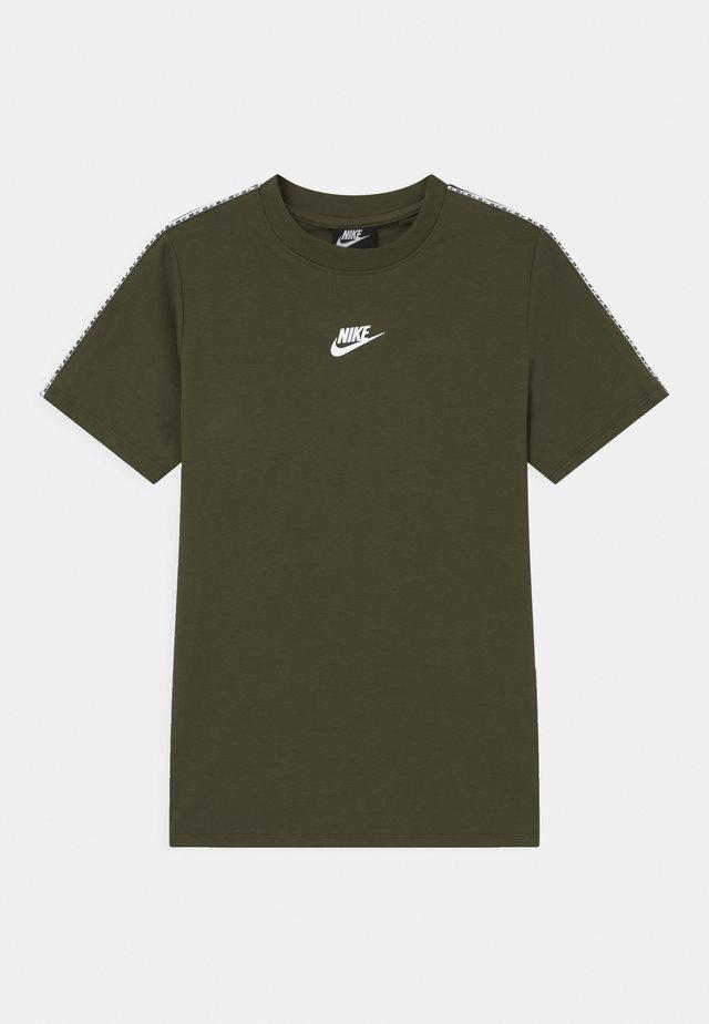 REPEAT - T-shirt imprimé - cargo khaki/white