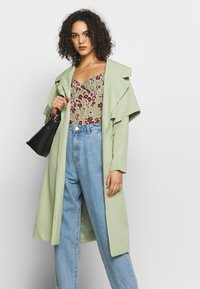 Missguided - SLOUCH HIGHWAISTED PLEAT DETAIL - Relaxed fit jeans - lightwash - 3
