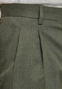 Next - KHAKI FASHION PLEAT FIT TWIN PLEAT FORMAL TROUSERS - Trousers - green - 2