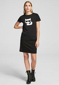 KARL LAGERFELD - T-shirt z nadrukiem - black - 2