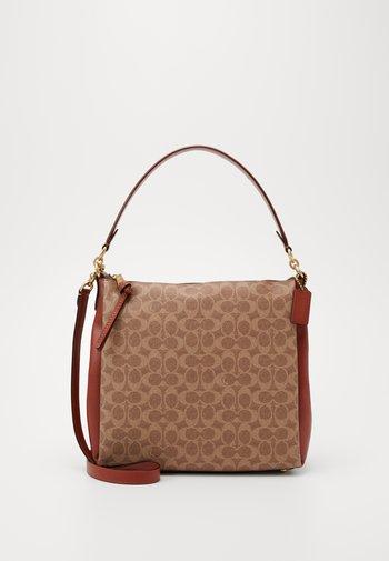SIGNATURE SHAY SHOULDER BAG - Handbag - tan rust