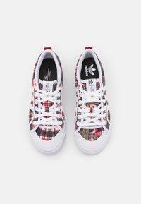 adidas Originals - NIZZA PLATFORM - Sneakers basse - footwear white/collegiate burgundy - 5