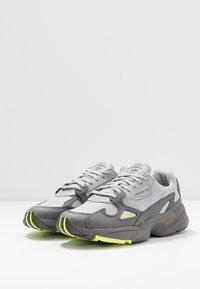 adidas Originals - FALCON - Sneakersy niskie - grey four/grey two/hi-res yellow - 4
