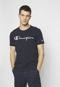 Champion Reverse Weave - T-shirt imprimé - dark blue - 0