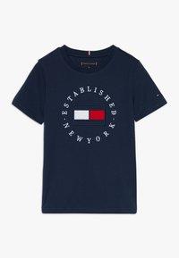 Tommy Hilfiger - FLAG TEE  - Triko spotiskem - blue - 0