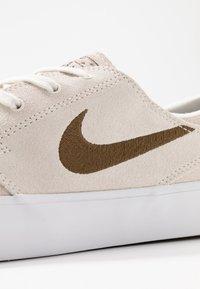 Nike SB - ZOOM JANOSKI UNISEX - Trainers - sail/yukon brown/light orewood brown/black - 8