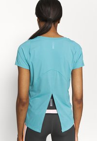 Under Armour - ISO CHILL RUN  - Print T-shirt - cosmos - 5