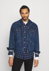 Wrangler - BRAD JACKET - Kurtka jeansowa - blue denim - 0