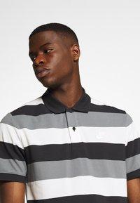 Nike Sportswear - MATCHUP STRIPE - Polo shirt - black/white - 4