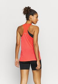 ASICS - RACE SLEEVELESS - Camiseta de deporte - flash coral - 2