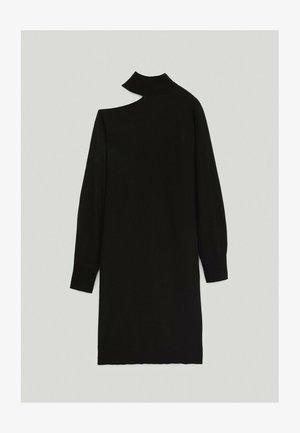MIT ASYMMETRISCHER SCHULTER - Jumper dress - black