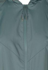 Zizzi - MIT REISSVERSCHLUSS UND KAPUZE - Summer jacket - green - 4