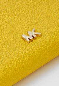 MICHAEL Michael Kors - COIN CARD CASE MERCER - Peněženka - sunflower - 2
