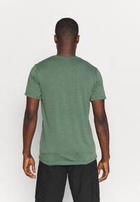 Peak Performance - EXPLORE TEE - T-shirt z nadrukiem - alpine tundra - 2