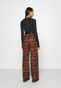 Missguided - PRINTED PARACHUTE TROUSERS - Trousers - brown - 2