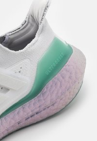 adidas Performance - ULTRABOOST 21 UNISEX - Sportovní boty - crystal white/hazy green - 5