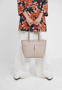MICHAEL Michael Kors - BEDFORD POCKET TOTE - Handbag - soft pink - 1