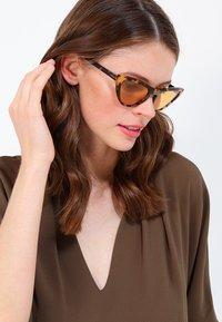 VOGUE Eyewear - GIGI HADID - Sluneční brýle - orange - 1