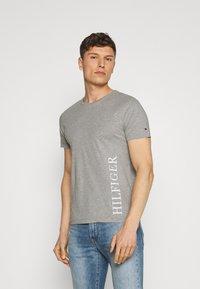 Tommy Hilfiger - SMALL LOGO TEE - T-shirt imprimé - grey - 0