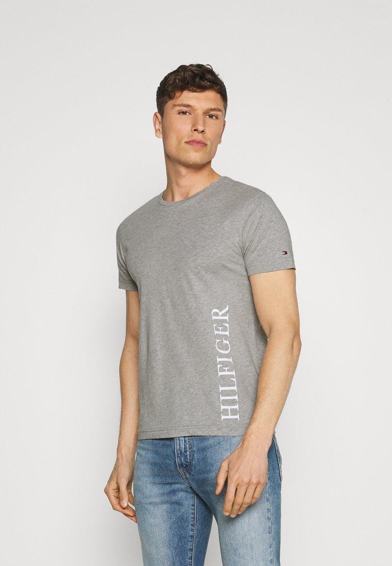Tommy Hilfiger - SMALL LOGO TEE - T-shirt imprimé - grey