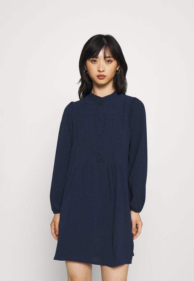 VMSAGA PLEAT SHORT DRESS - Skjortekjole - navy blazer