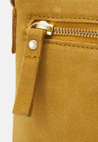 Even&Odd - LEATHER - Taška spříčným popruhem - mustard yellow - 3