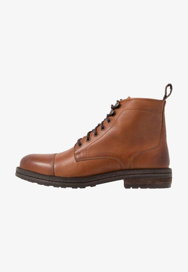 WOLF TOE CAP - Šněrovací kotníkové boty - brown