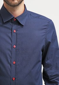 Pier One - CONTRAST BUTTON SLIMFIT - Camisa - dark blue/red