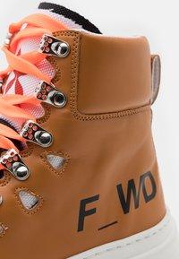 F_WD - Šněrovací kotníkové boty - bioveg caramel/black/white - 6