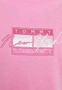 Tommy Jeans - REGULAR EMBROIDERED FLAG TEE - Triko spotiskem - pink daisy - 2