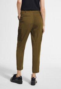 comma - MIT SPITZEN-DETAILS - Trousers - khaki - 2