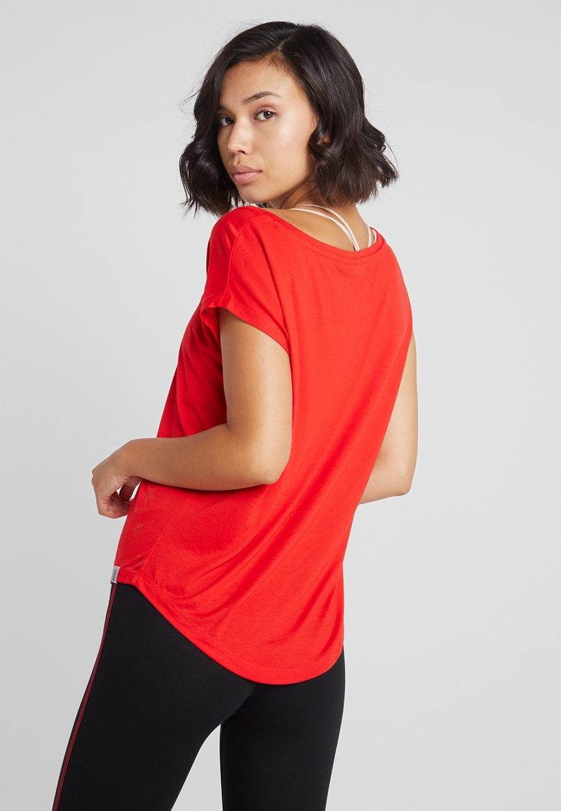 ONLY Play - ONPADINE CURVED BURNOUT TEE - T-shirt med print - flame scarlet