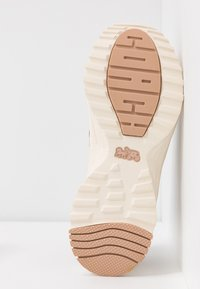 Coach - RUNNER WITH SIGNATURE AND METALLIC - Sneakers - beechwood/tan - 6