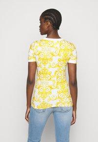 Versace Jeans Couture - LADY - T-shirt z nadrukiem - optical white - 2
