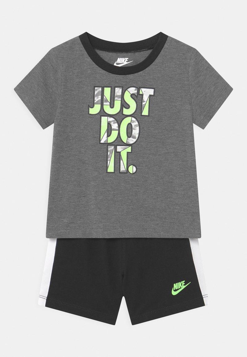 Nike Sportswear - TIDE POOL SET - Triko spotiskem - black