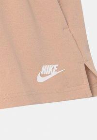 Nike Sportswear - Kraťasy - shimmer/apricot agate/white - 2