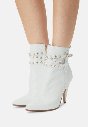 JESSIA - Kotníková obuv na vysokém podpatku - white