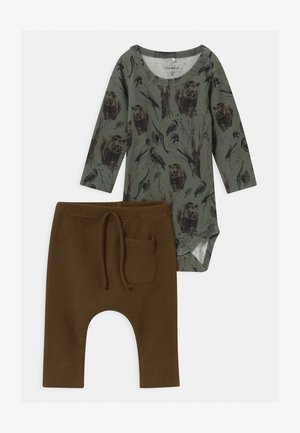 NBMROBIN/NBMRYLVA SET - Trousers - agave green