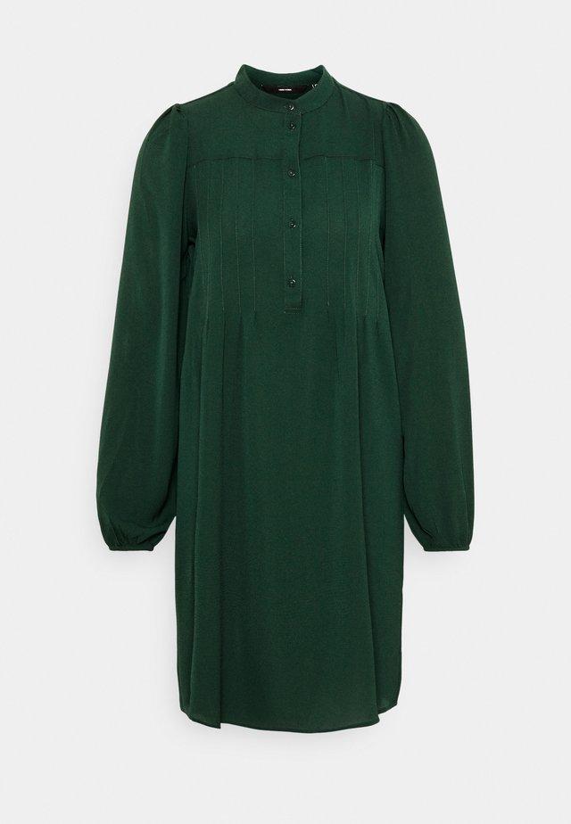 VMSAGA PLEAT SHORT DRESS - Robe chemise - pine grove