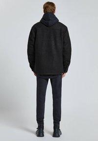 PULL&BEAR - Zimní bunda - black - 2