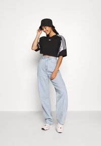 adidas Originals - CROPPED TEE - T-shirt imprimé - black