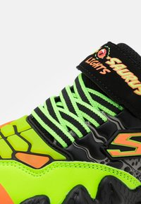 Skechers - SKECH-O-SAURUS LIGHTS - Tenisky - black/lime/orange - 5