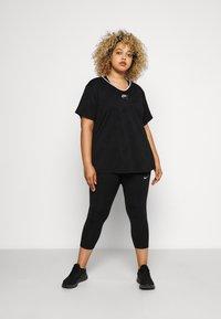 Nike Performance - W NK AIR  - T-shirts med print - black/silver - 1