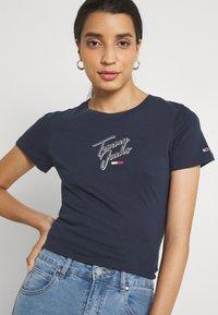 Tommy Jeans - SKINNY SCRIPT TEE - Printtipaita - twilight navy - 3