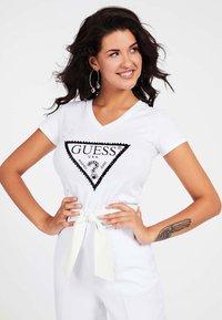 Guess - LOGO TRIANGULAIRE STRASS - T-shirt imprimé - blanc - 0