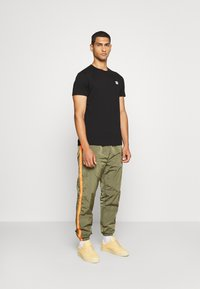 Diesel - DARLEY TROUSERS - Trainingsbroek - olive - 1