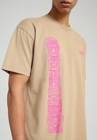 Napapijri - S-HAENA - T-shirt med print - mineral beige - 4
