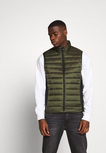 LIGHT WEIGHT SIDE LOGO VEST - Waistcoat - green